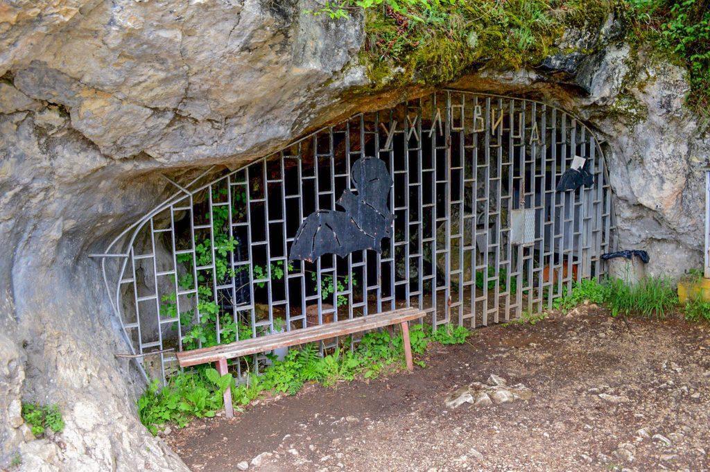 Входът на пещера Ухловица