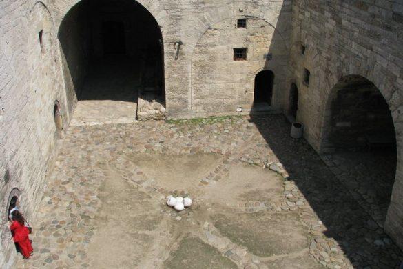 Вътрешният площад на Баба Вида