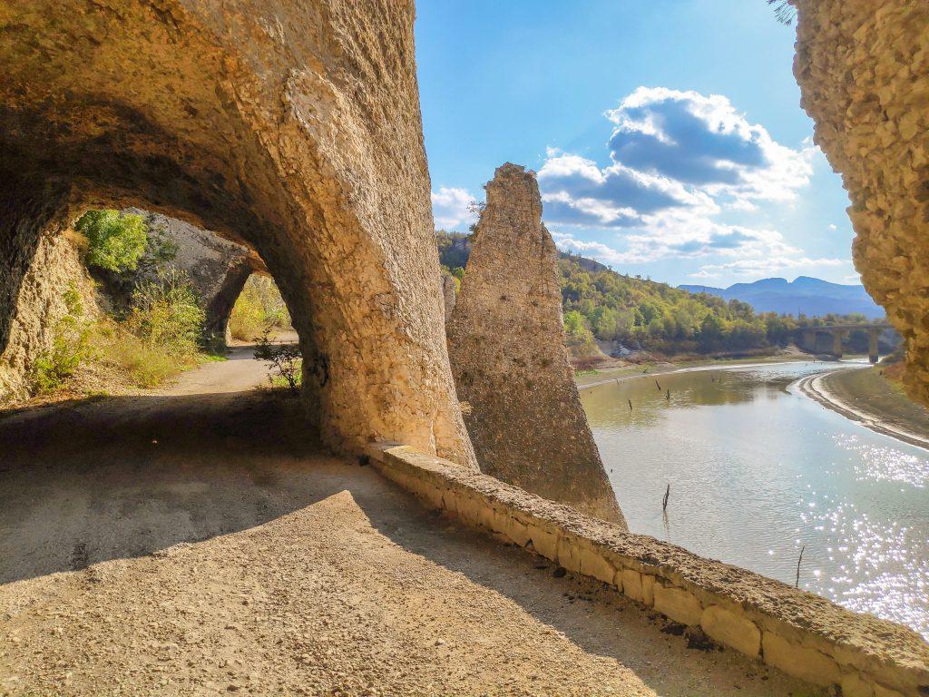 Чудните скали към тунелите