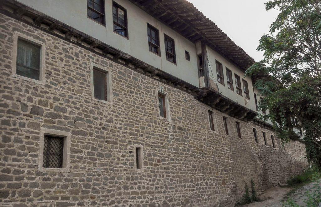 Към входа на Капиновския манастир