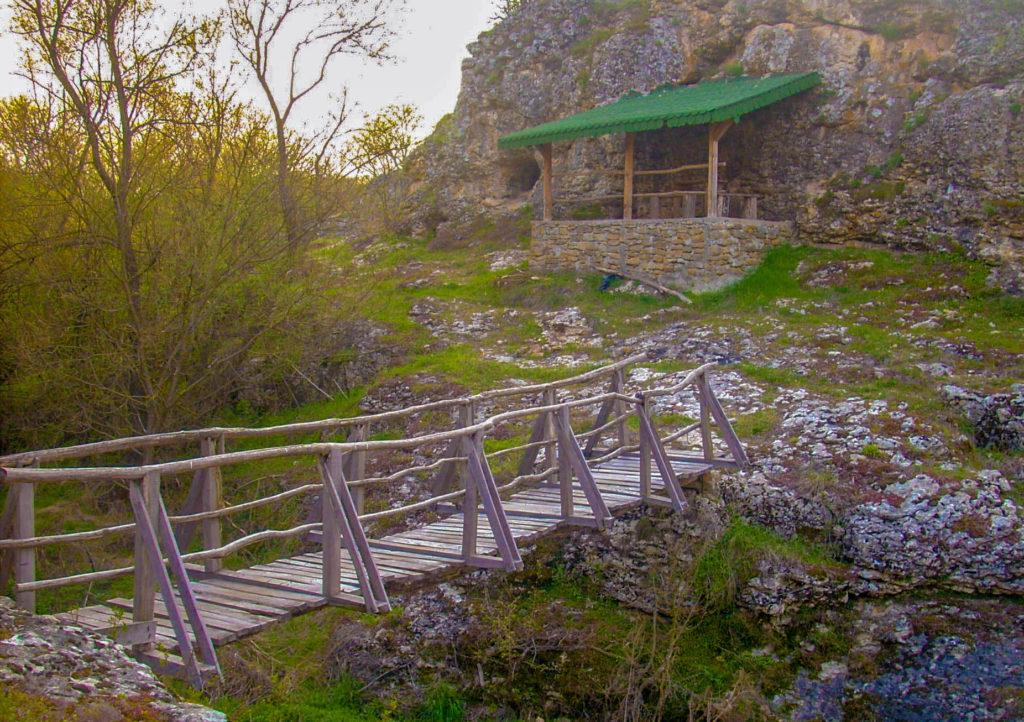 Беседката и мостчето до Зараповкси водопад